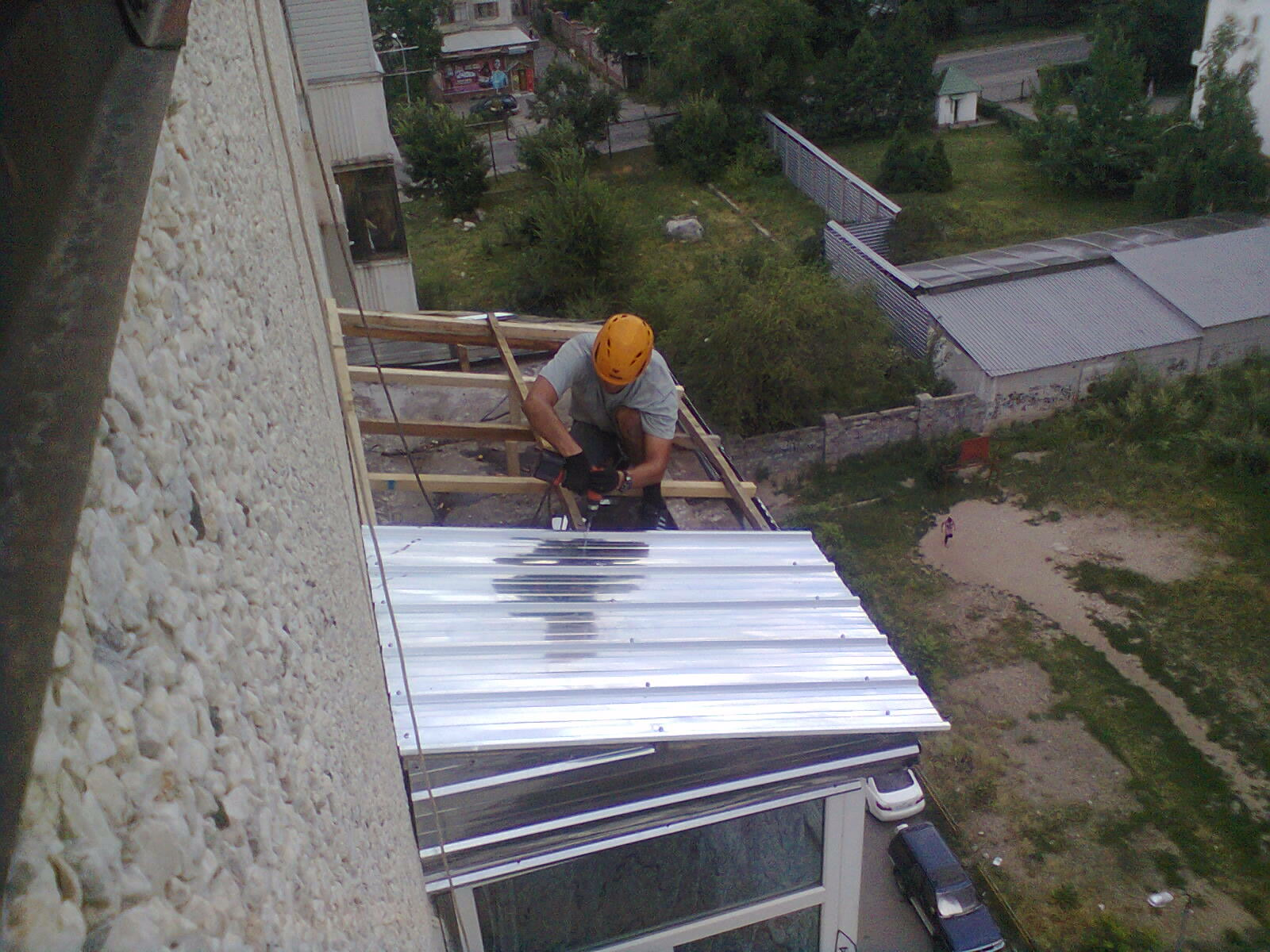 Козырек над балконом в пятиэтажке..